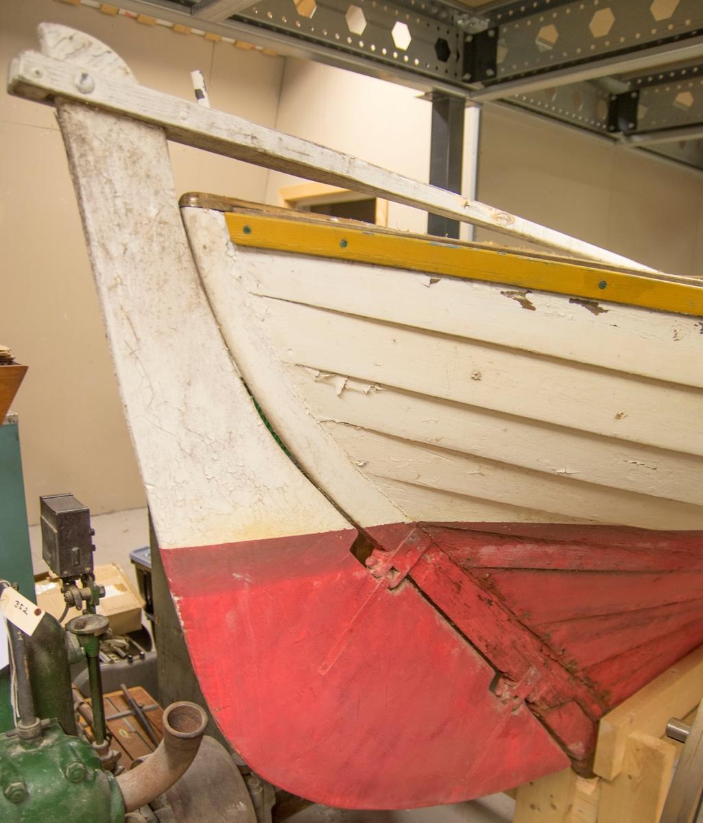 O.S. seilsnekke av tre - furu på eik. Klinkbygd, åtte bordganger. Reg.nr: O.S.-28
