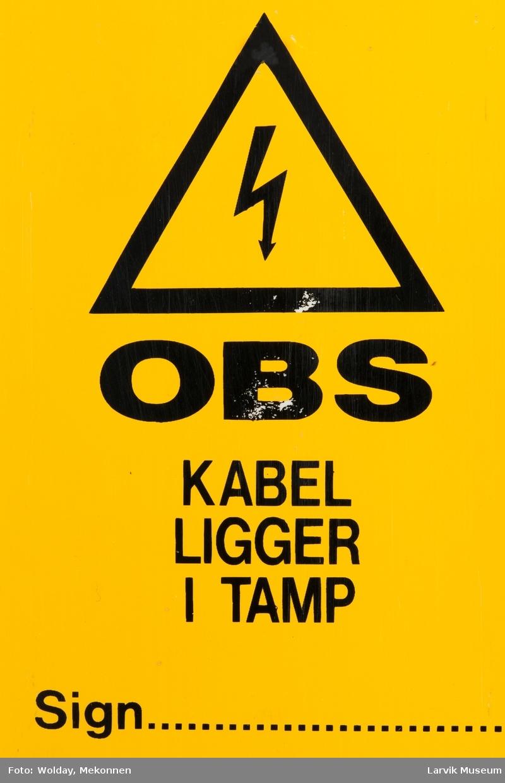 Tekst med advarsler på begge sider av skiltet