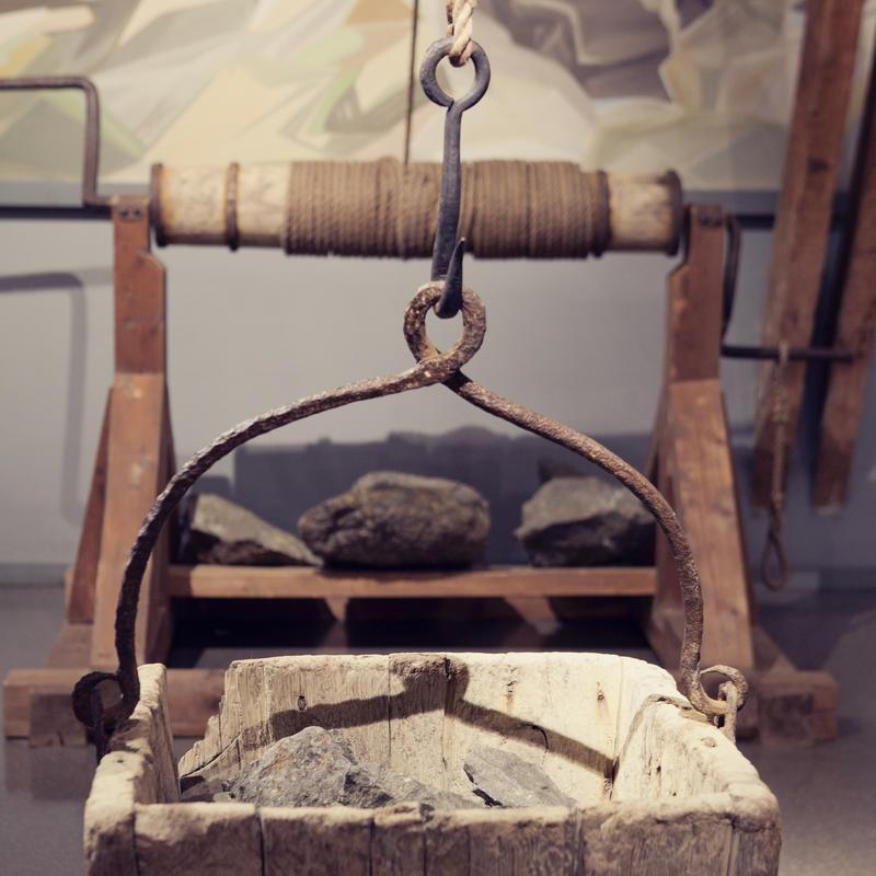 I gamle dager brukte de blant annet håndhaspel for å heise opp steinen fra gruvene. To mann sveivet opp korga som tok 500 kg på stein. (Foto/Photo)