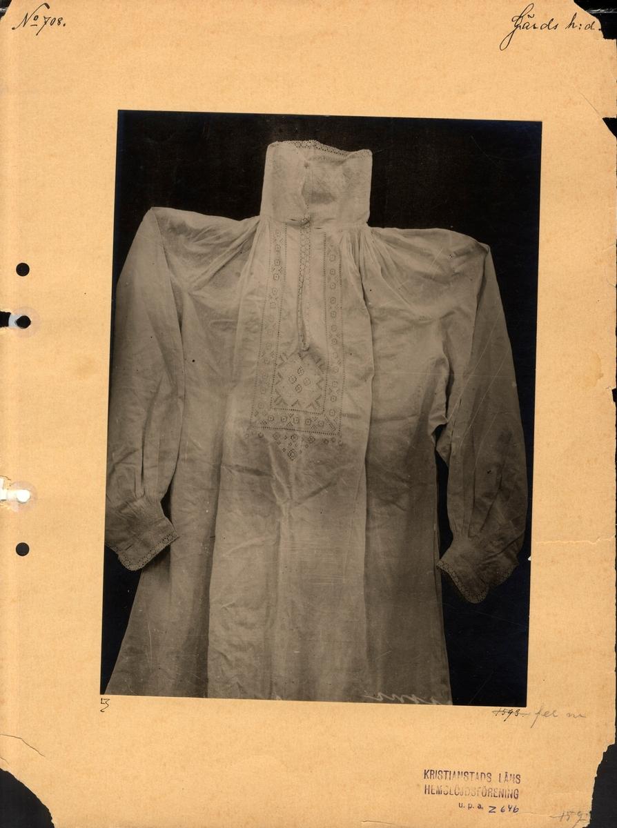 Skjorta med vitbroderi och knypplad (?) spets..