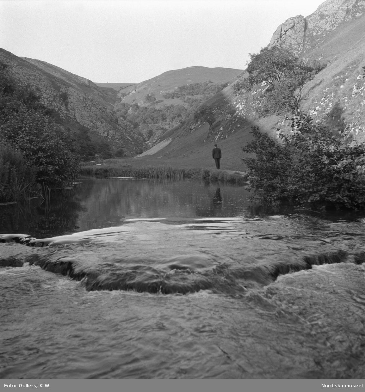 Vy över berg, i förgrunden ett vattendrag.