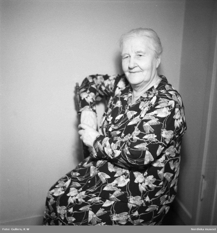Äldre kvinna med mönstrad klänning