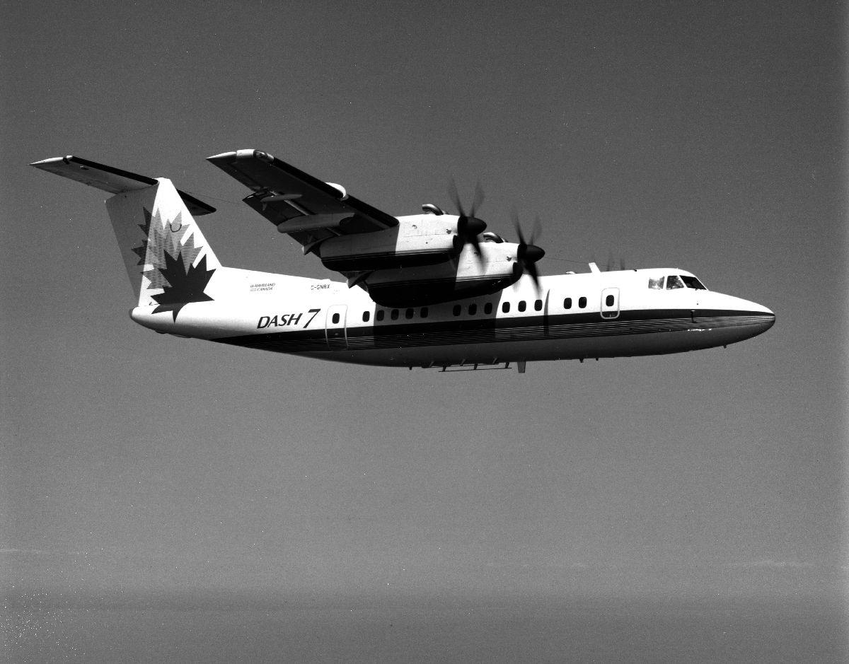 Luftfoto. Et fly De Havilland Canada, DHC-7, DASH7 ute på demo flyvning i fabrikkens logo.