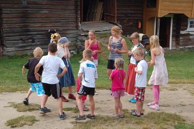 Unger i lek på Dølmotunet (Foto/Photo)