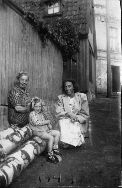 Tre generasjoner kvinner på Enerhaugen. Foto/Photo
