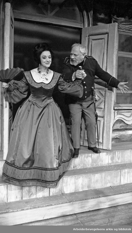 Nationaltheatret. Hovedscenen..REVISOREN, av Nikolaj Gogol. Premiere 28.03.1968..Aase Bye og Claes Gill.