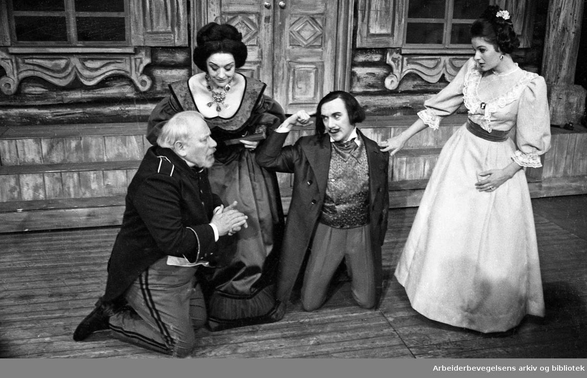 Nationaltheatret. Hovedscenen..REVISOREN, av Nikolaj Gogol. Premiere 28.03.1968..Fra venstre: Claes Gill, Aase Bye, Espen Skjønberg og Liv Hove.