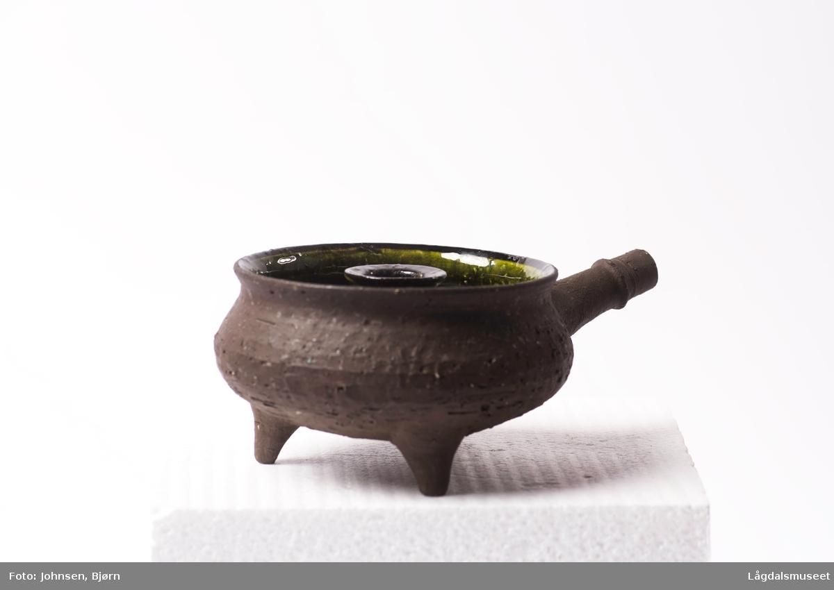 Lysgryte med dekor på innsiden, uglasert keramikk på utsiden.