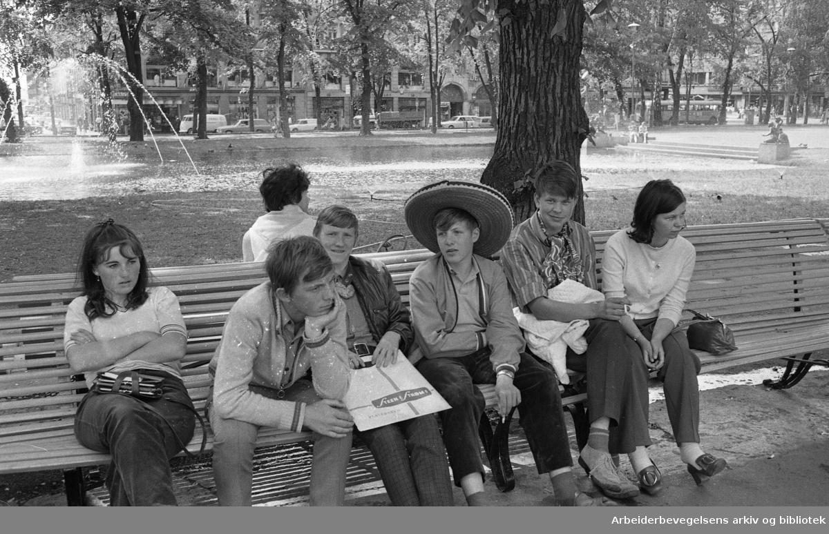 Folkeliv på Karl Johan. Spikersuppa..Juli 1970