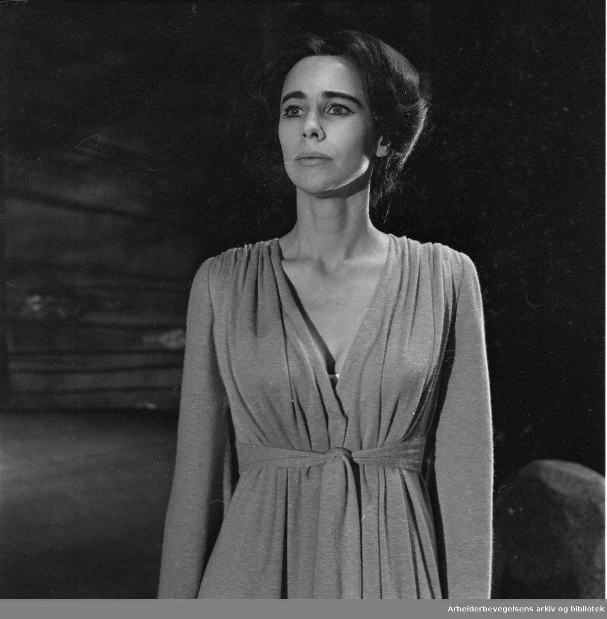 Nationaltheatret. Hovedscenen..FRUEN FRA HAVET av Henrik Ibsen. Premiere: 03.02.1968..Henny Moan som Ellida Wangel.