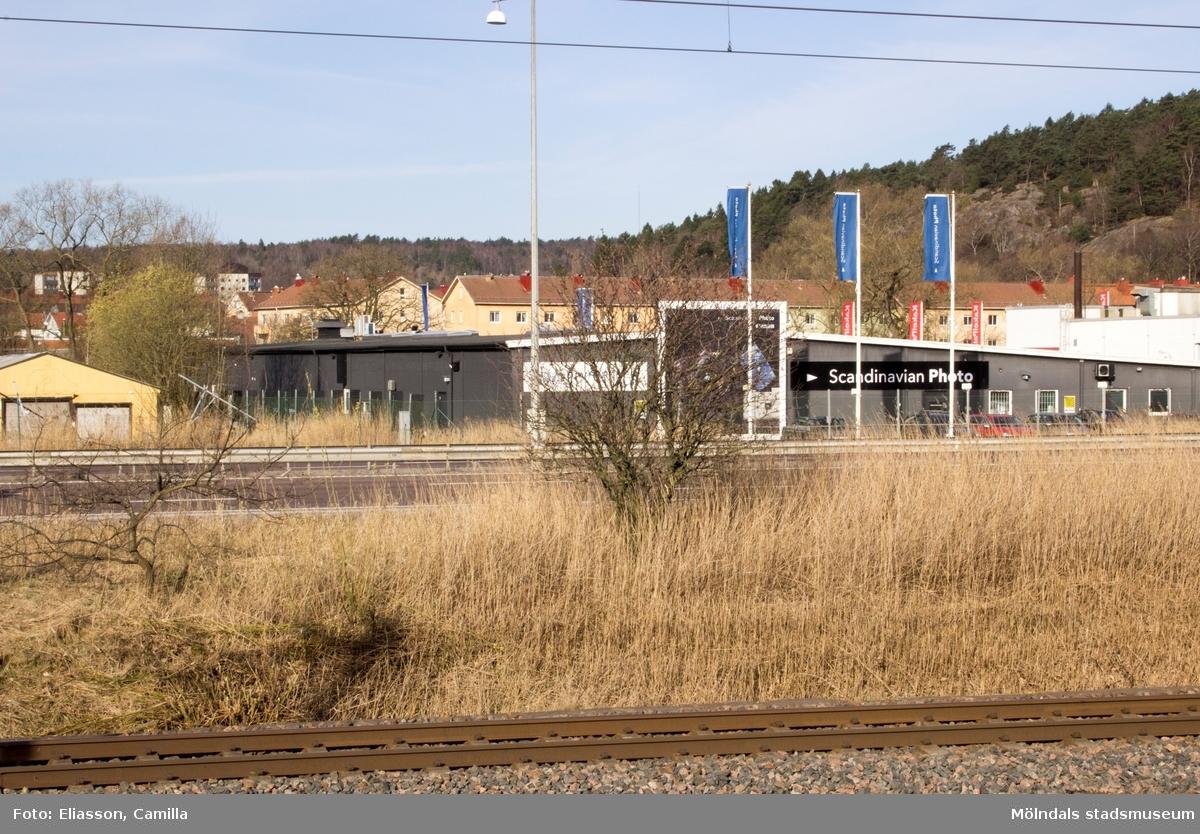 Närmast i bild ses Västkustbanan och Kungsbackaleden E6/E20. Lägenhetsområdet i bakgrunden ligger på Vänortsgatan. Till höger ser man Safjället. Höghusen till vänster i fonden ligger på Häradsgatan 27-31.
