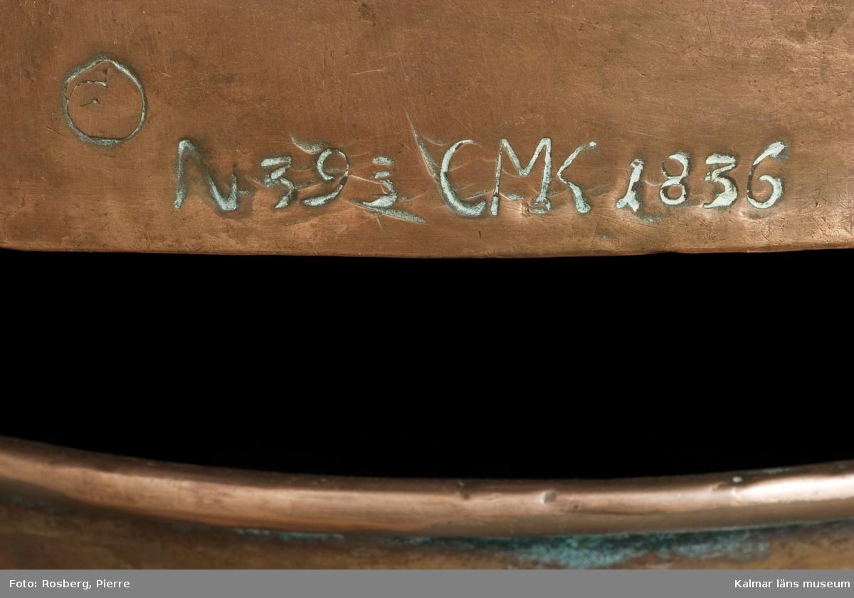 KLM 9103. Brännvinspanna av koppar. Mått: en behållare H 50 cm, en behållare med huv H 73 cm. Panna i flera delar, med hatt och pipor. Stämplar: N 393 27K CMK 1836, N393 CMK 1836, 12KK, 13K. Kontrollstämplar 1844 och 1849. Tillverkarstämpel?: NEI.