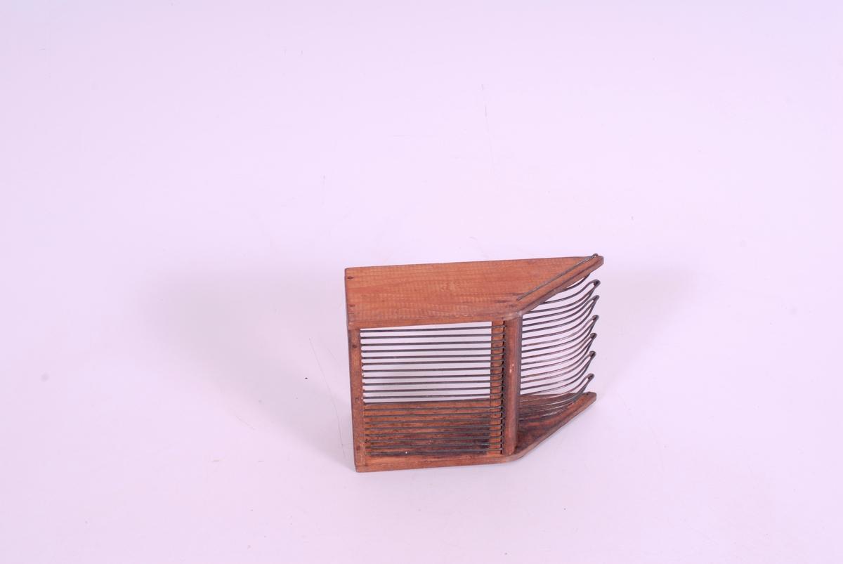 Form: Skufform,tre rette sid.,tenner form som spisser.