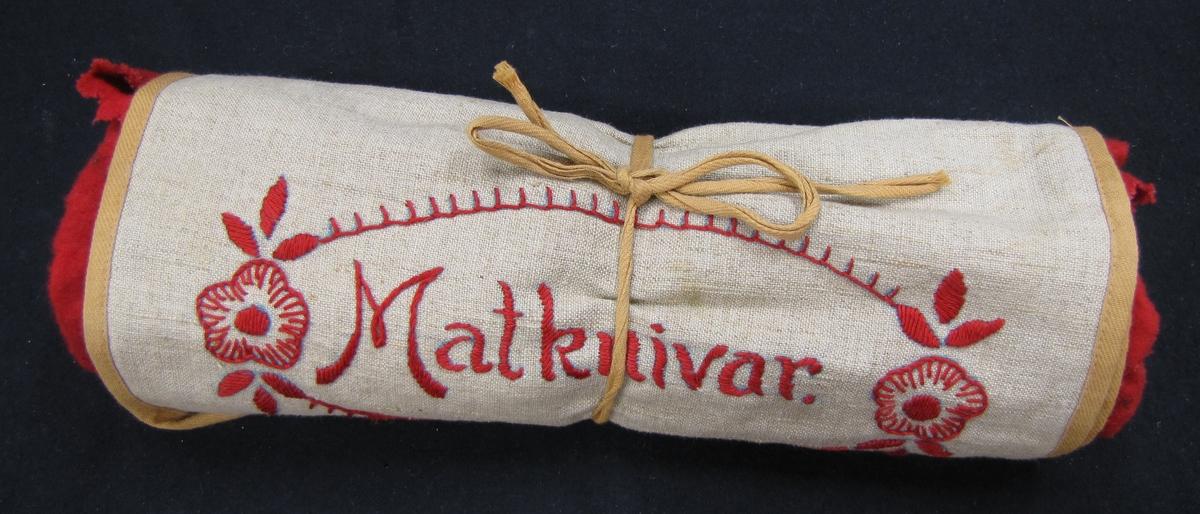 Etui av beige tyg. Foder av röd flanell och fack för knivar, varje kniv i sitt fack. Knivarna är numrerade VM17217:1-12. Etuiet är broderat i rött: ''Matknivar''. Inköpt hos Knutssons Antikhandel i Vänersborg.