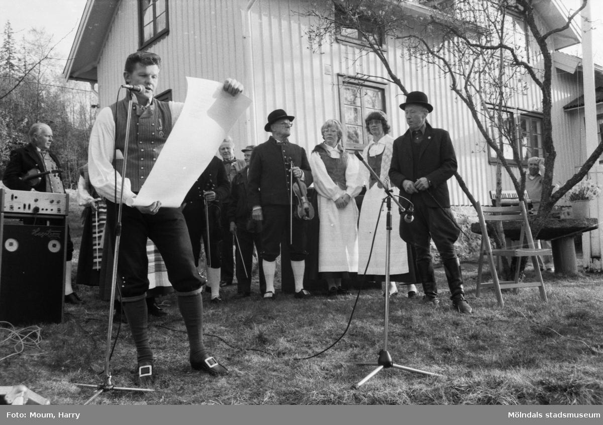 Almåsgården och Lindome hembygdsgille anordnar sommarkafé på Börjesgården i Hällesåker, år 1984. Budkavlen läses upp av Sven-Åke Svensson, ordförande i Lindome hembygdsgille.  För mer information om bilden se under tilläggsinformation.