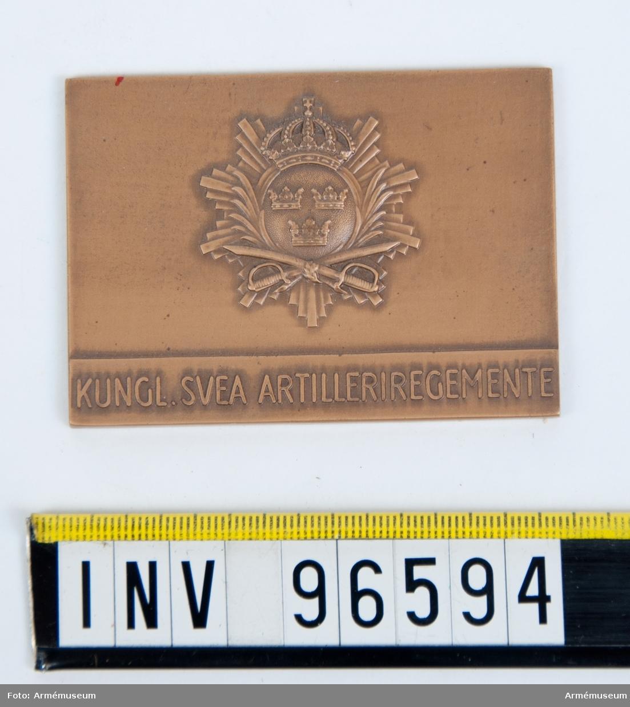 Plakett i brons för Svea artilleriregemente, i ask.