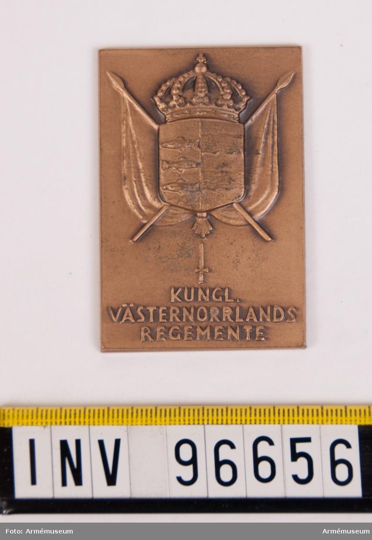 Plakett i brons för Västernorrlands regemente. Stans nr 14350, härdad 1943-12-31. Plakett 44x65 mm, med Västernorrlands vapen på sköld med kunglig krona på korslagda fanor jämte stickert och inskription KUNGL: VÄSTERNORRLANDS REGEMENTE.
