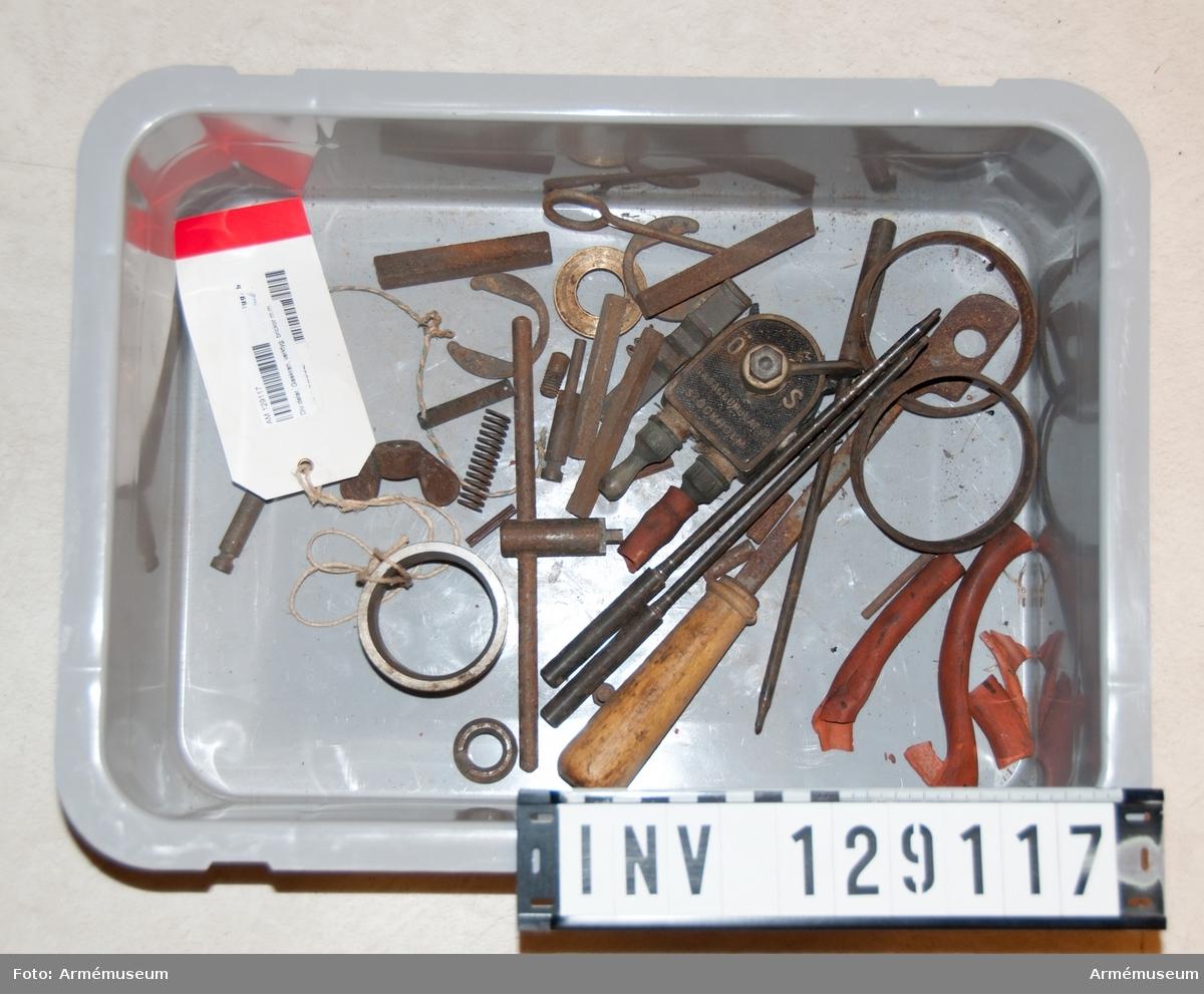 Div delar. Gaskran, verktyg, brickor m.m. I låda.