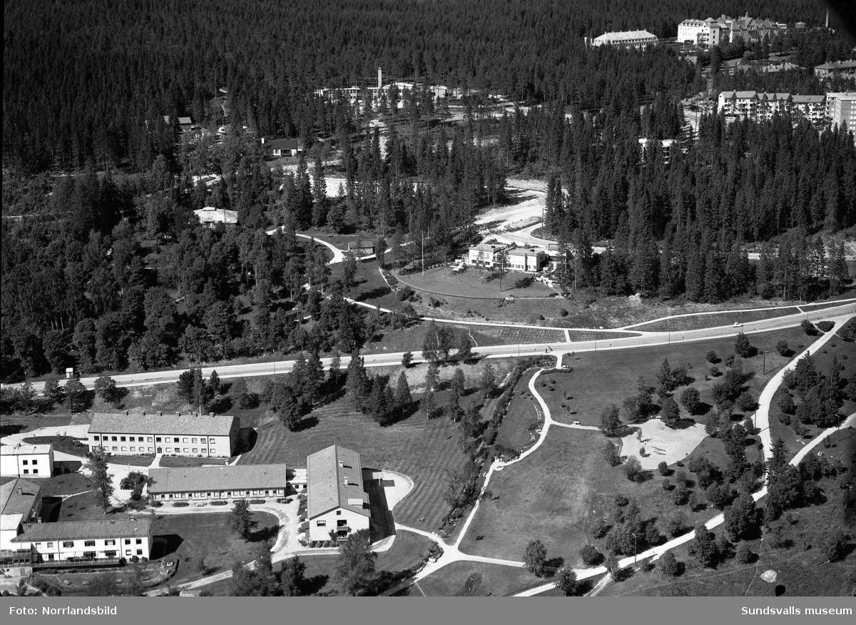 Flygfoton över Norrliden. Centralt i bilderna syns villan på  Norrlidsgatan 25. Norrbackaskolan och sanatoriet syns också på en av bilderna.