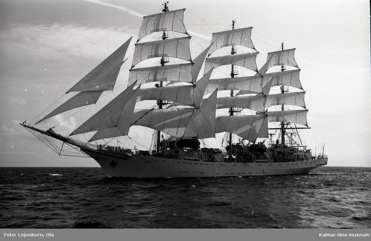 """Ryska fullriggaren Mir, klass A, """"för fulla segel"""".  The Tall Ships' Races är en internationell havskappsegling för segelfartyg och stora segelbåtar som har arrangerats sedan 1956. Kappseglingen arrangeras av Sail Training International.  I tävlingen deltar skolfartyg, scoutbåtar och privata skutor och båtar från många olika länder; tävlingen i sig är inte det viktiga utan ungdomsarbetet. Ett av prisen är för gott kamratskap. Förutsättning för att få delta i seglingen är att minst 50 % av besättningen består av ungdomar mellan 15 och 25 år. Nederländska briggen Mercedes i Antwerpen under tävlingarna 2006  Villkoret för att få deltaga är att fartyget är över 30 fot i vattenlinjen och att minst halva besättningen består av s k trainees i åldern 16 till 25 år.  Klassindelningen är: A-klass, över 160 fot (48,8 m) B-klass, 160 - 100 fot (48,8 - 30,5 m) C-klass, 100 - 30 fot (30,5 - 9,14 m)   Mellan 1973 och 2003 var tävlingens officiella namn The Cutty Sark Tall Ships' Races, då huvudsponsorn var Cutty Sark whisky. Från år 2004 var huvudsponsorn Antwerpen (hamnen, staden och provinsen), och 2010-2014 är Szczecin huvudsponsor.  1988 hölls Tall Ships´ race i Karlskrona.  98 fartyg kom till Karlskrona i samband med starten av Cutty Sark Tall Ships' Race. Samtidigt besöktes Karlskrona av * Vega international drygt 100 fartyg * Kungliga Motorbåtsklubben drygt 15 stora motorbåtar * SM i brädsegling ca 200 deltagare"""