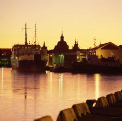 Kabelfartyget Pleijel utanför hamnkrogen.