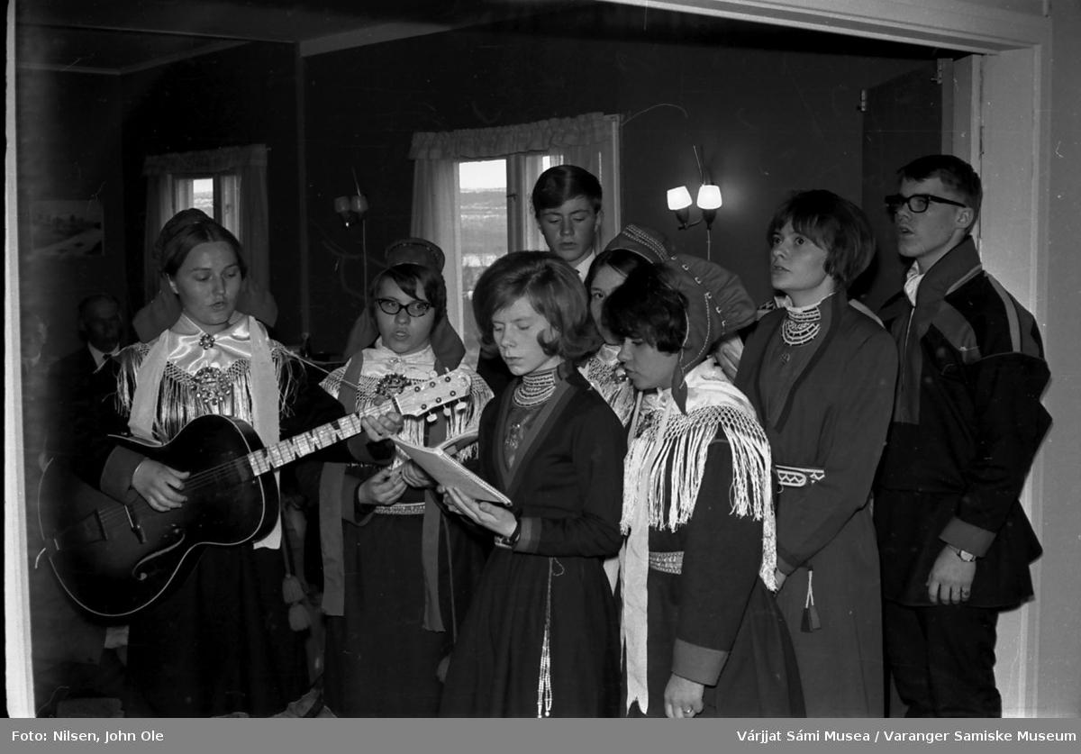 Sangkor med elever og en lærer fra Den Samiske Folkehøgskole (DSF) i Karasjok. Bildet er tatt på Soltun på Vesterelvnesset.  De to guttene er Kjetil Ryan og Svein Ottar Helander. April 1967.