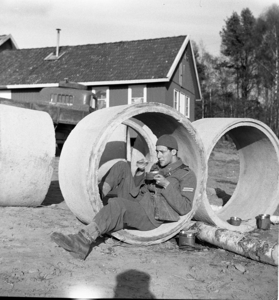Lunchrast i betongring. Norrlands dragonregemente K4, Umeå, 1955-1956.