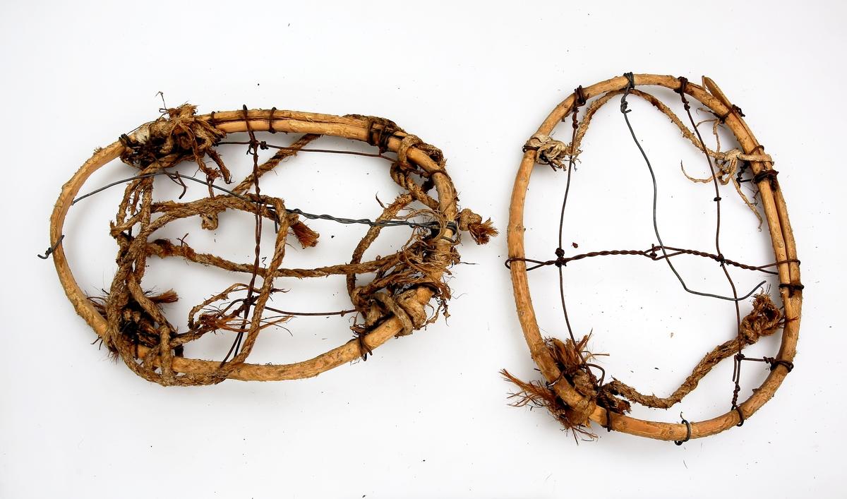 Et par truger av barket kvist som er bøyd til oval form og surret med ståltråd. Bunn og fotbøyler på langs er av ståltråd, og fotbøylene på tvers av tau.