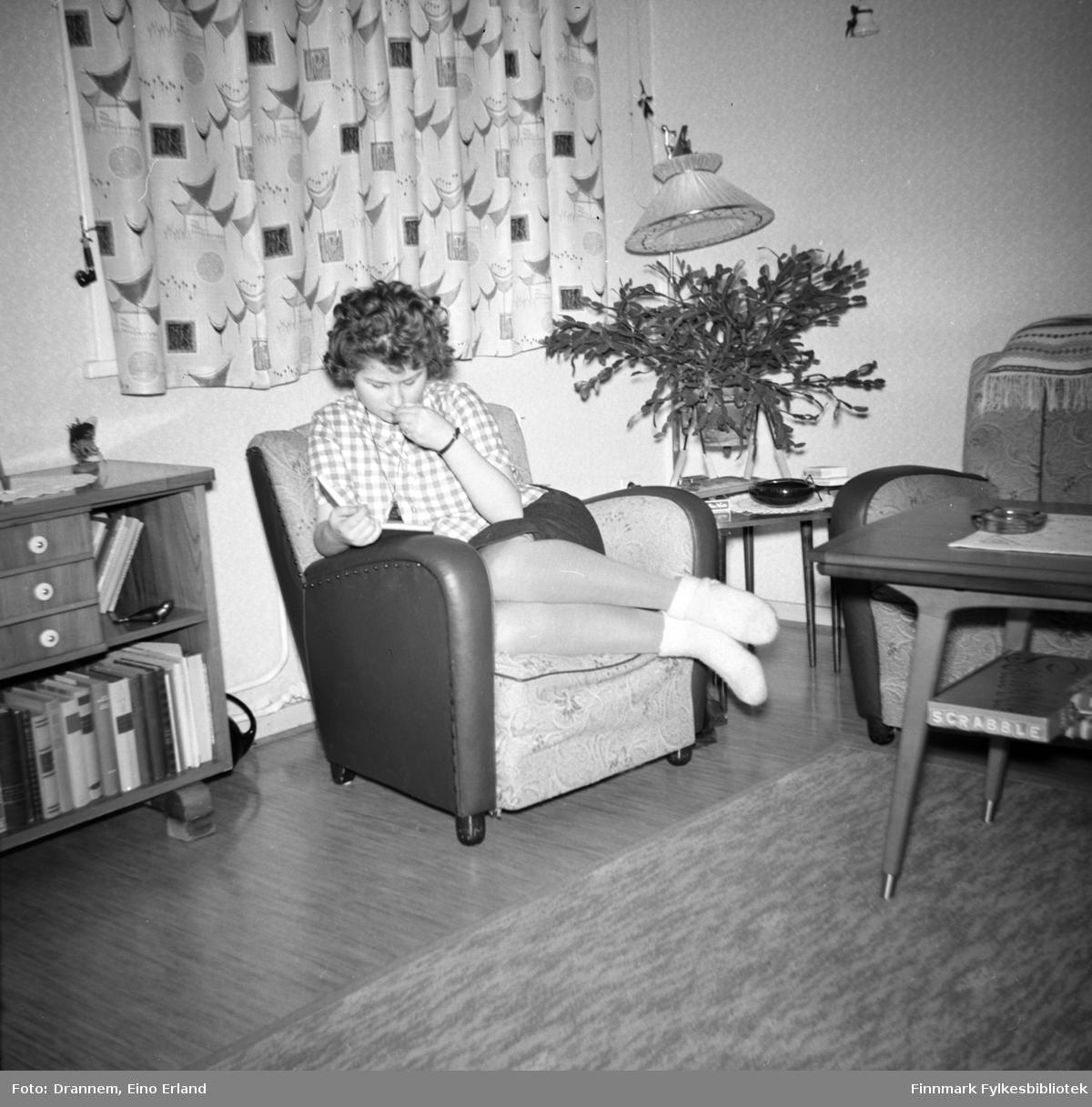 Turid Karikoski sitter og leser i stua hjemme i familiens leilighet i Hammerfest.