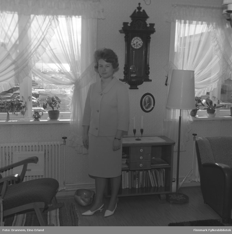 Turid Karikoski fotografert i stua hjemme i Hammerfest.