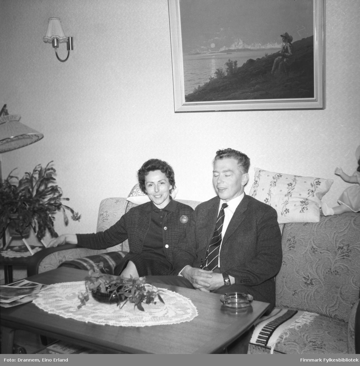 Berna og Kasper Gabrielsen sitter i sofaen hjemme hos familien Drannem i Hammerfest.