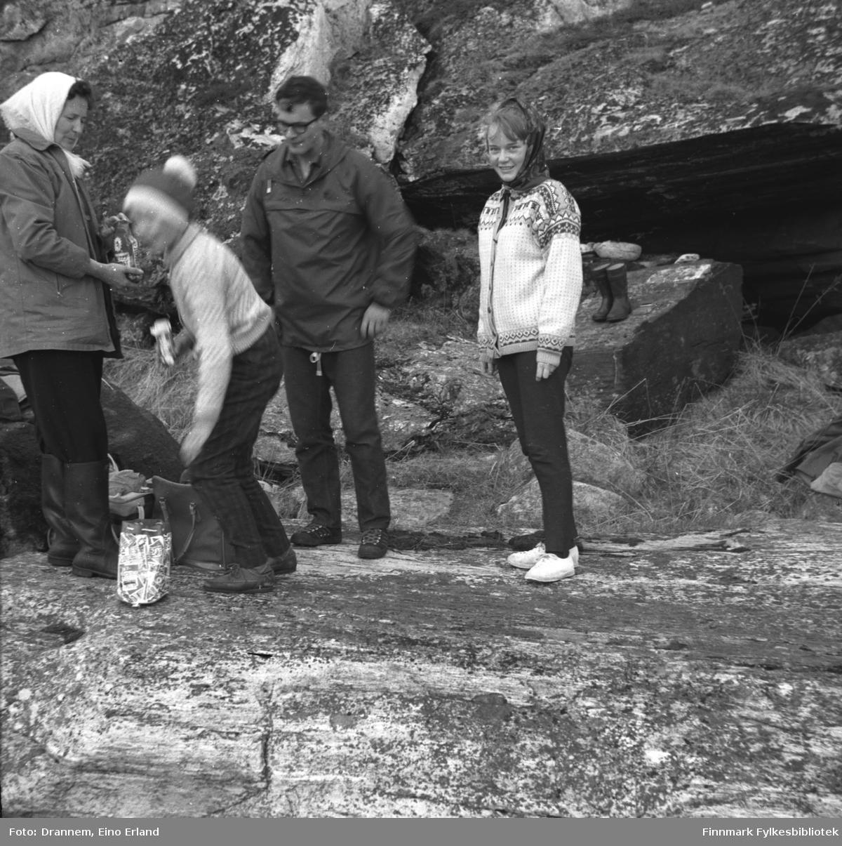 Noen personer på tur i terrenget rundt Hammerfest. De er ukjente, men mannen kan være Asbjørn Gabrielsen.