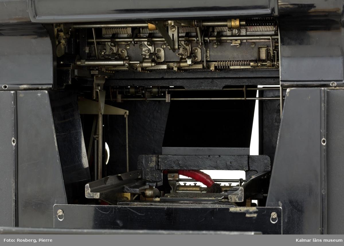 KLM 28585:8. Hålkortsmaskin, tabulator. Användes för att läsa informationen på hålkorten, bearbeta den i form av räkneoperationer och sedan skriva ut resultatet på papper. Av svartlackerad metall. På fronten ett utrymme för inmatning av hålkort samt diverse knappar. Upptill komponenter för utskrift på papper. På vardera kortsida ett bord. På baksidan utrymme för kortens utmatning samt ett bord. Maskinen har från början varit mekanisk med gjorts om med motor och elektroniska komponenter. På framsidan en påslagningsknapp och på sidan en svart elsladd. På högra sidan kan en skärm kopplas till maskinen, på denna visades troligen den beräkning som tabulatorn skrev ut. På baksidan ett utrymme för isättning av kassetter med programmering, KLM 28585:9:1-4. På maskinen diverse fastskruvade metallskyltar samt ett klistermärke, samtliga med information om tillverkaren och produktionen, bl.a: POWERS SAMAS ACCOUNTING MACHINES ENGLAND samt POWERS FOUR TABULATOR. På högra kortsidan en mindre metallskylt med instansat nummer: 0264.  Till maskinen hör fyra extra komponenter, tre in/utmatningsbord samt en pappershållare. Delarna på tabulatorns ovansida kan bytas ut mot dessa.