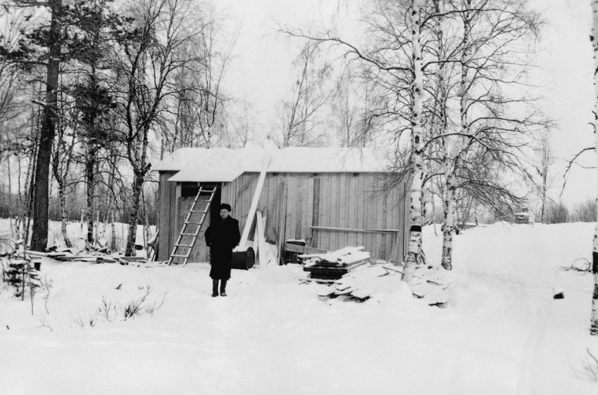 Ny rikstelefonstasjon på Svanvik, 1947. Telegraffulmektig Skotnes i forgrunnen. Tatt om vinteren.