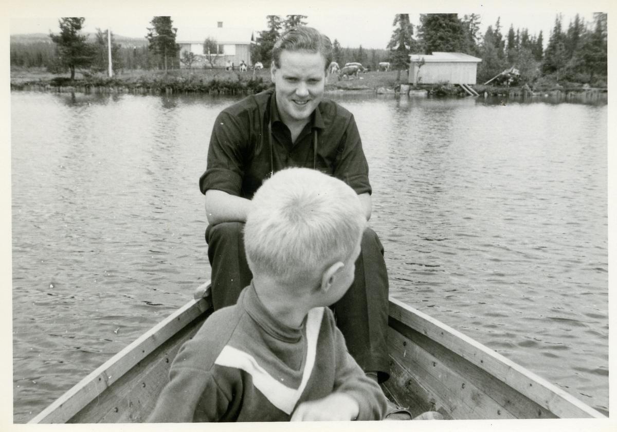 Ragnar Hagen og Leif Olav Hagen på båttur på Bukfyllvatnet. Ca 1963.