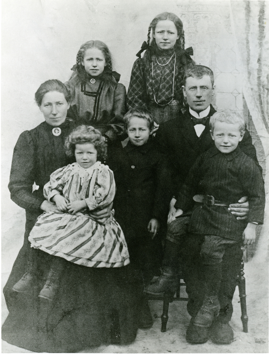 Portrett av Gjertud og Anders Dahlen sammen med barna.
