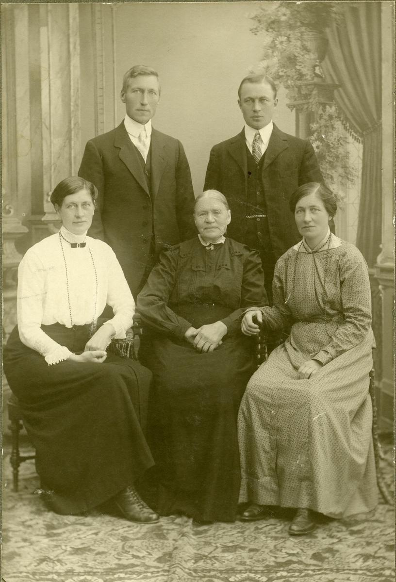 Familieportrett av familien Brenden med enken Anne Brenden og hennes barn.
