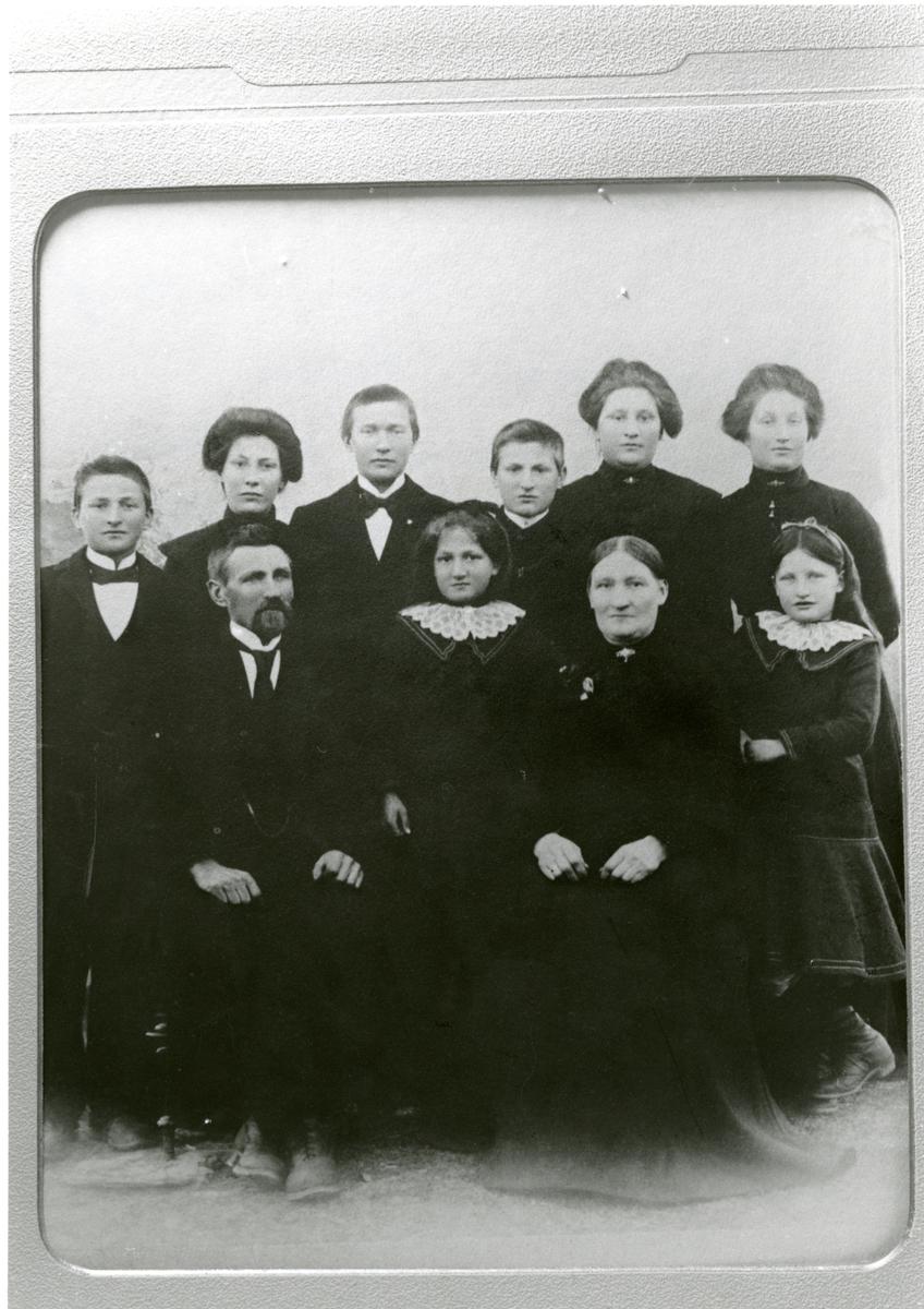 Familieportrett av Bragerfamilien fra Leirskogen i Sør-Aurdal.