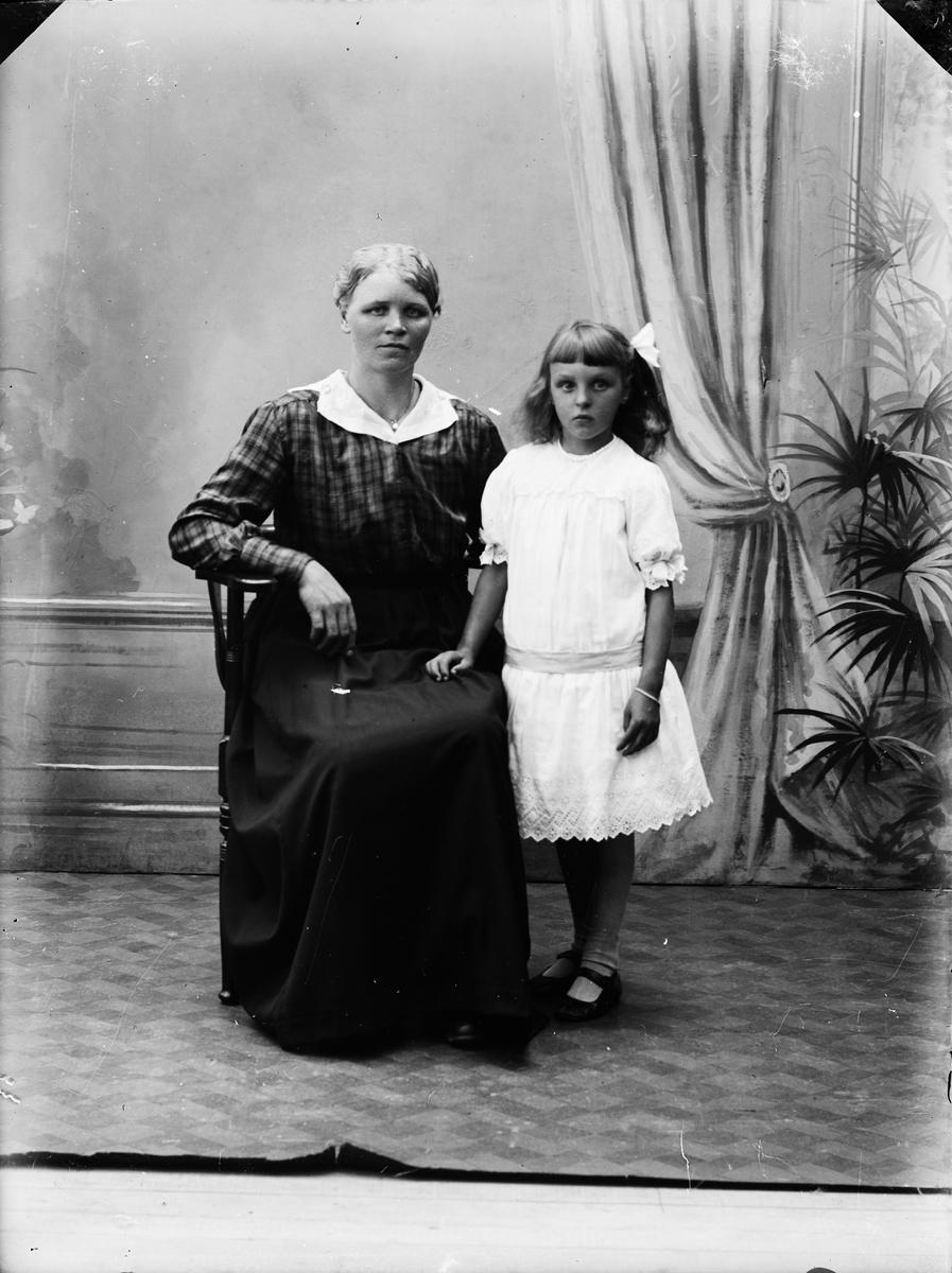 Ateljéporträtt - kvinna och flicka, Alunda, Uppland