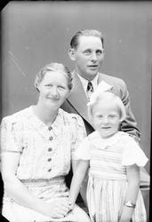 Ateljéporträtt - familjen Karlsson, Alunda, Uppland