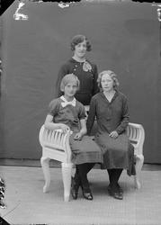 Ateljéporträtt - tre unga kvinnor, Alunda, Uppland