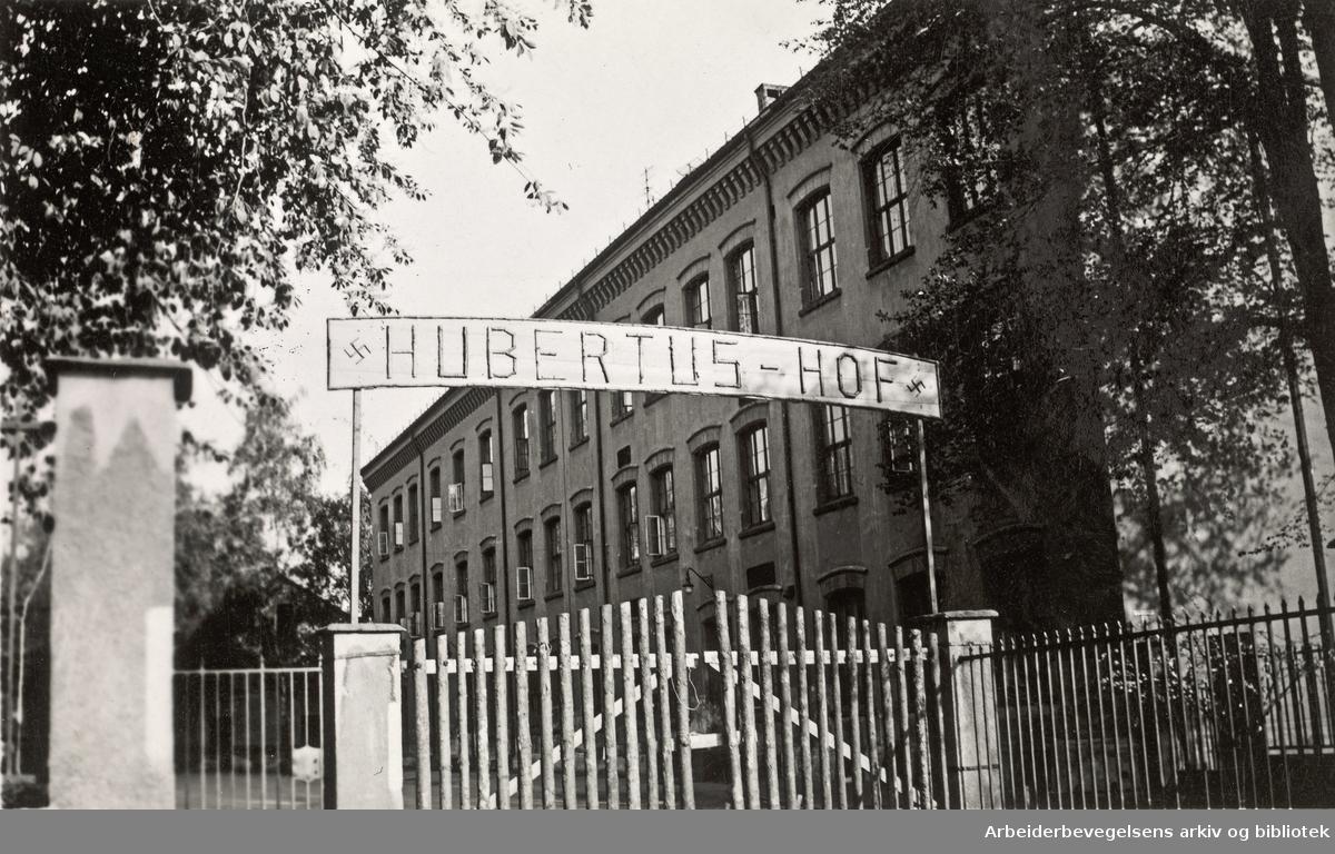 Ole M. Engelsens fotografier fra okkupasjonsårene i Oslo..Sagene skole (Hubertus Hof), brukt som militærforlegning for tyske soldater. .Foto 30 mai 1941.