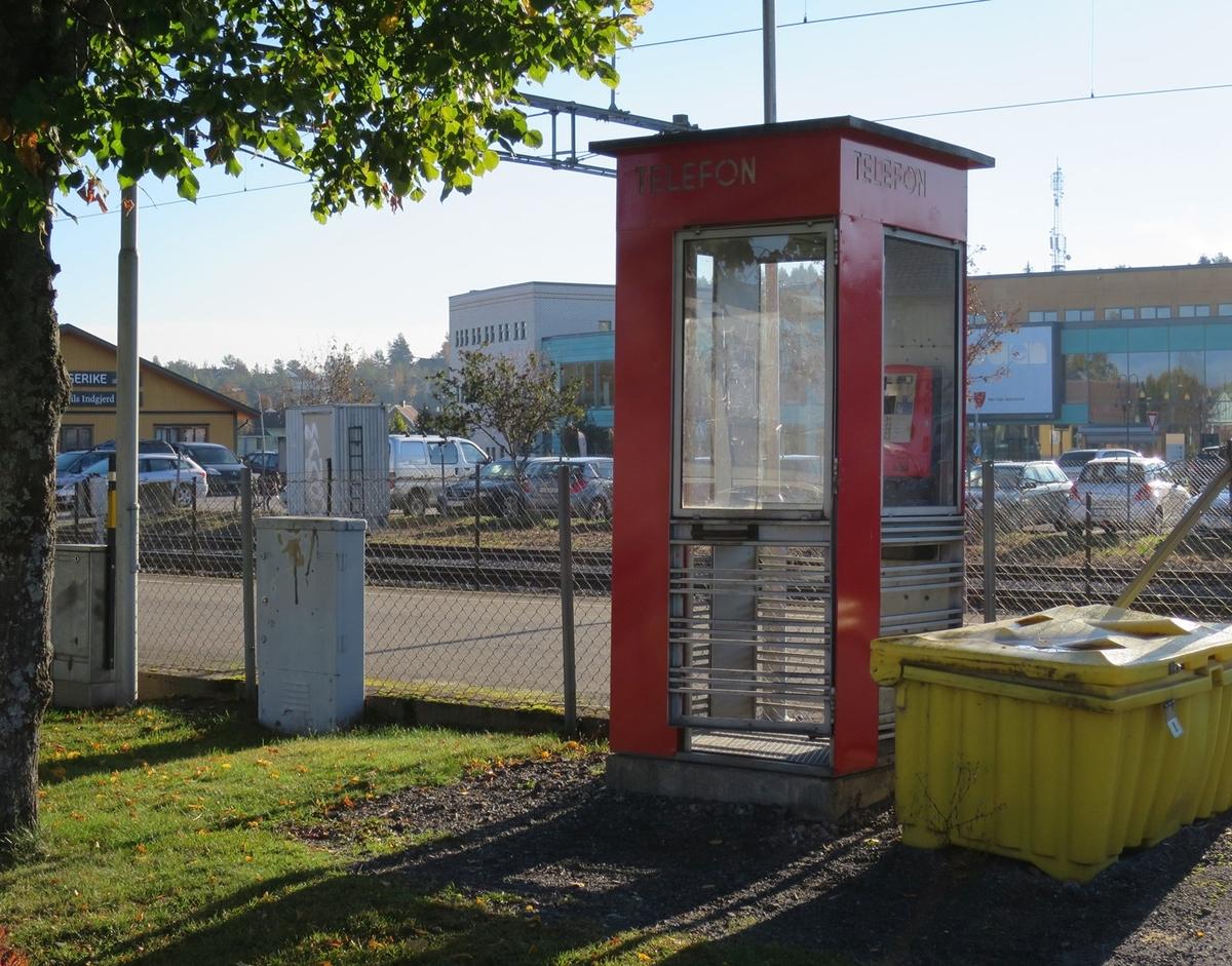 Denne telefonkiosken står på jernbanestasjonen på Skarnes i Sør-Odal. Den er en av de 100 vernede telefonkioskene i Norge. De røde telefonkioskene ble laget av hovedverkstedet til Telenor (Telegrafverket, Televerket). Målene er så å si uforandret.  Vi har dessverre ikke hatt kapasitet til å gjøre grundige mål av hver enkelt kiosk som er vernet.  Blant annet er vekten og høyden på døra endret fra tegningene til hovedverkstedet fra 1933. Målene fra 1933 var: Høyde 2500 mm + sokkel på ca 70 mm Grunnflate 1000x1000 mm. Vekt 850 kg. Mange av oss har minner knyttet til den lille røde bygningen. Historien om telefonkiosken er på mange måter historien om oss.  Derfor ble 100 av de røde telefonkioskene rundt om i landet vernet i 1997. Dette er en av dem.