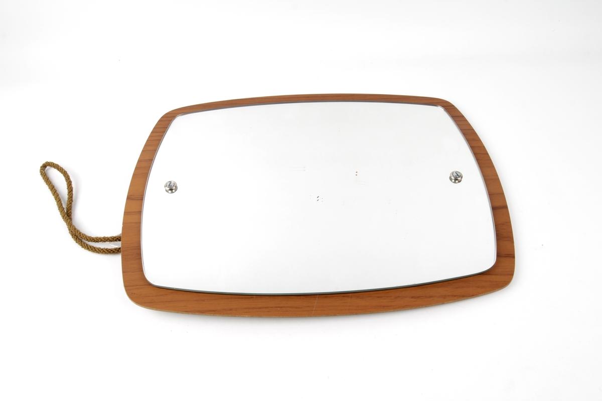 Rektangulært speil festet til en treplate.