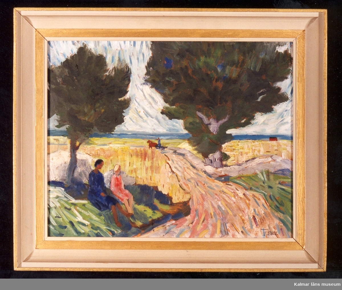 Öppet landskap med två kvinnor som sitter i skuggan av ett träd intill en väg, vägen leder ner till havet, kring vägen åkerlandskap. På avstånd syns häst och vagn på vägen.