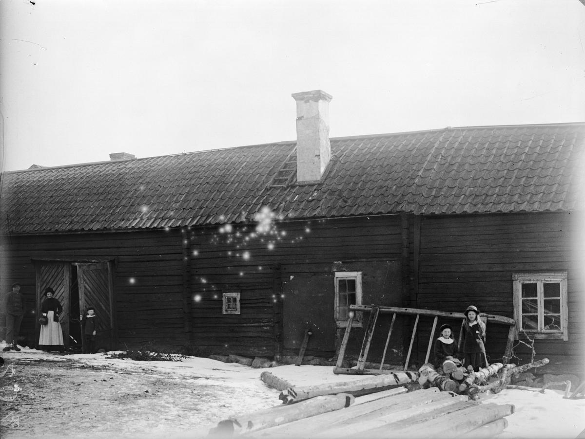 """""""Gammal portlidersbyggnad hos S. Melander Fröslunda"""", Altuna socken, Uppland 1919"""