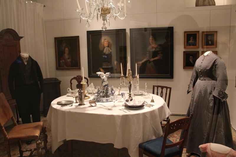 Oppdekket bord i utstillingen «Hiustoriske reiser i dannede hjem» (Foto/Photo)