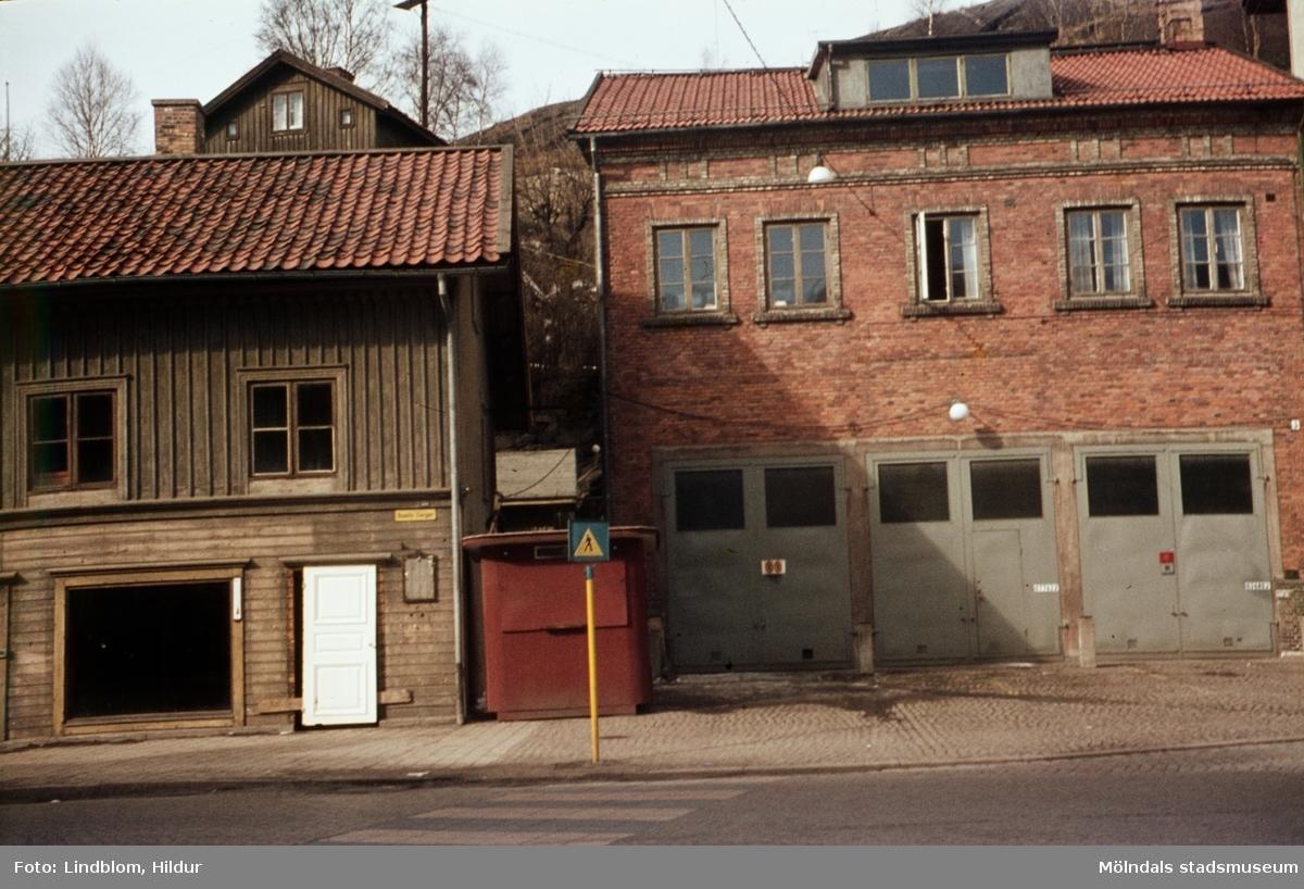 Byggnader vid Gamla Torget i Mölndal, ca 1962. Till vänster ses del av huset Kvarnbygatan 39. Till höger ses huset Kvarnbygatan 41, tidigare brandstation och garage för polisbilar, numera Mölndals målarskola.  För mer information om bilden se under tilläggsinformation.