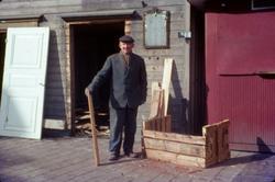 En man står framför huset Kvarnbygatan 39 vid Gamla Torget i