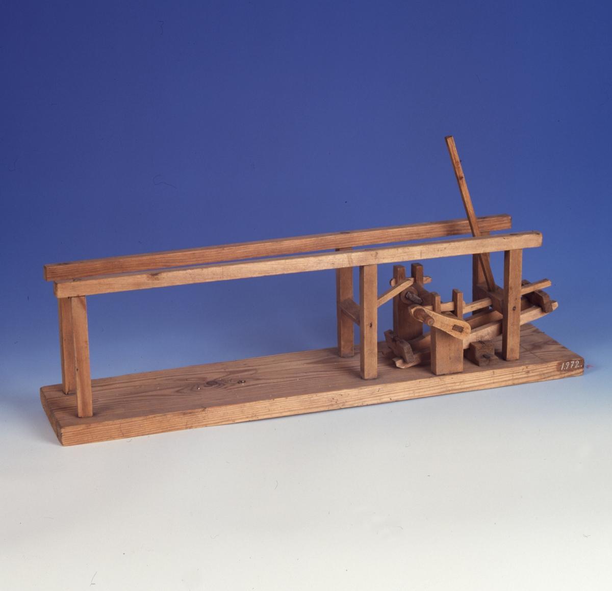 Modell ur Polhems mekaniska alfabet. När axeln roterar kommer den horisontellt liggande vaggan att ge den högra långa armen en pendlade rörelse.